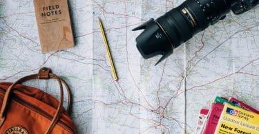 Karta, ryggsäck och en kamera