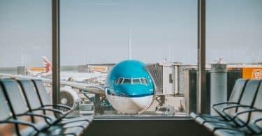 Flygplan står vid fönster på flygplatsen