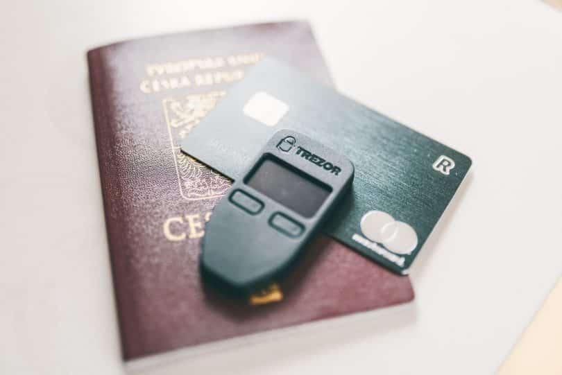 Ett revolut kort, ett pass m.m symboliserar travelhacking