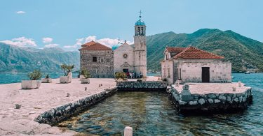 Our lady of the rocks sett från dess hamn, Perast, Montenegro