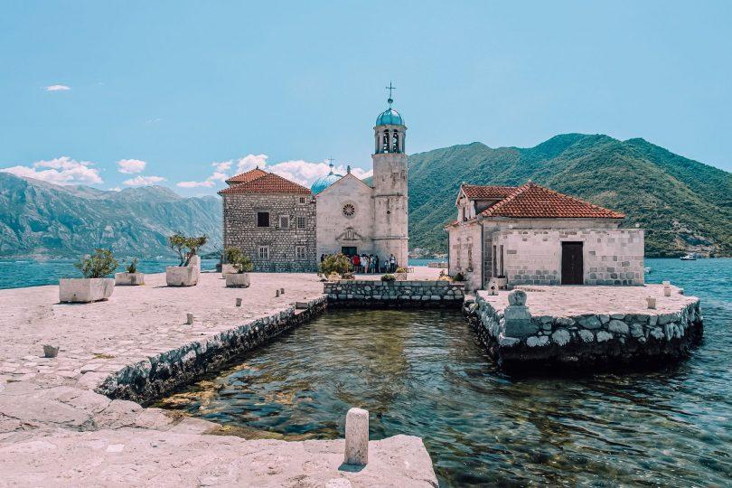 Our lady of the rocks sett från dess hamn, Perast, Montenegro