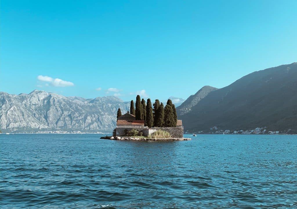 Saint George island med klostret Sveti Juraj, foto tagit ifrån Our lady of the rocks, perast