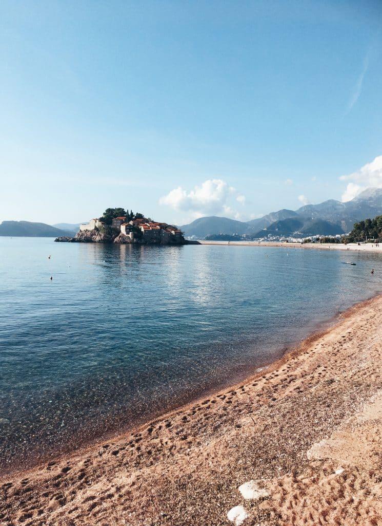 Bild från stranden med sveti stefan i bakgrunden