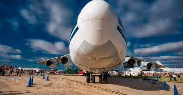 Bild på flygplan sett framifrån på landningsbana. Bota flygrädsla genom att flyga mer