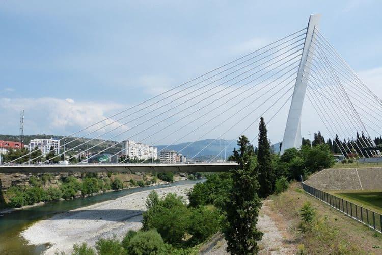 Bro i Podgorica som är Montenegros huvudstad.