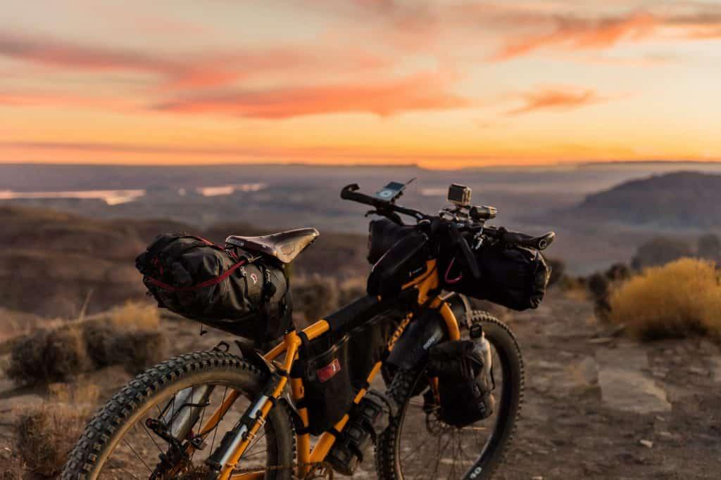 cykel vid solnedgång semester i sverige
