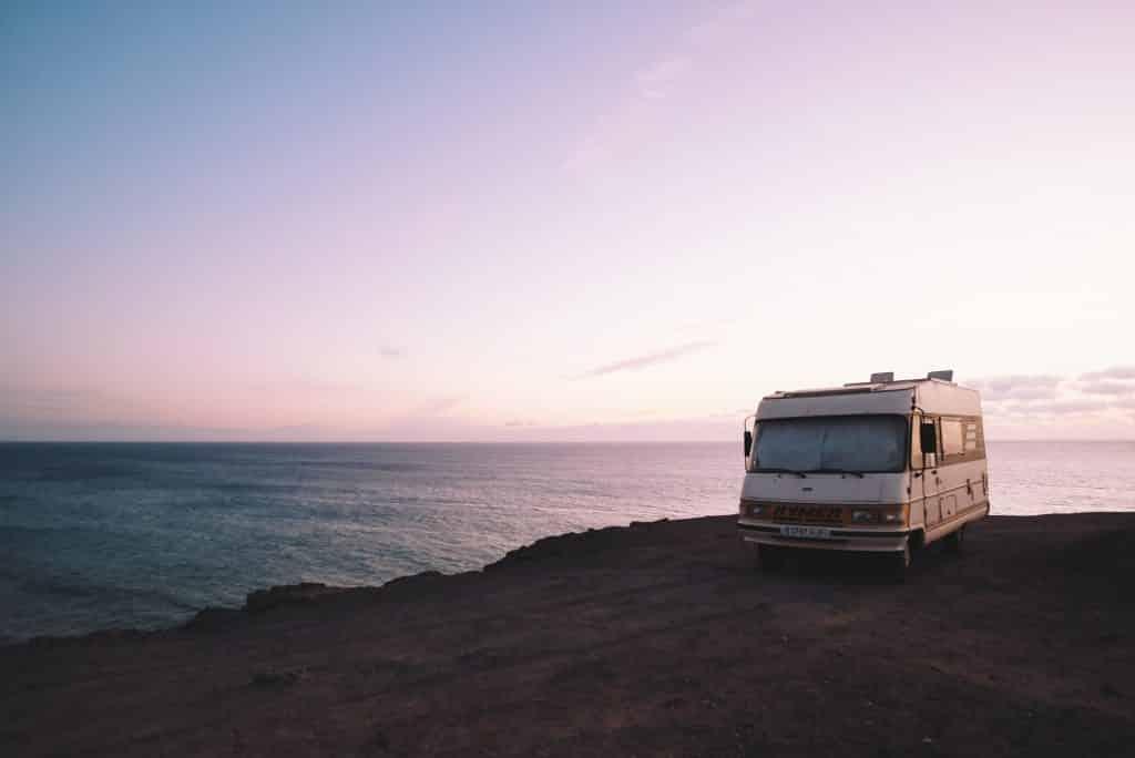 husbil vid vatten semester i sverige